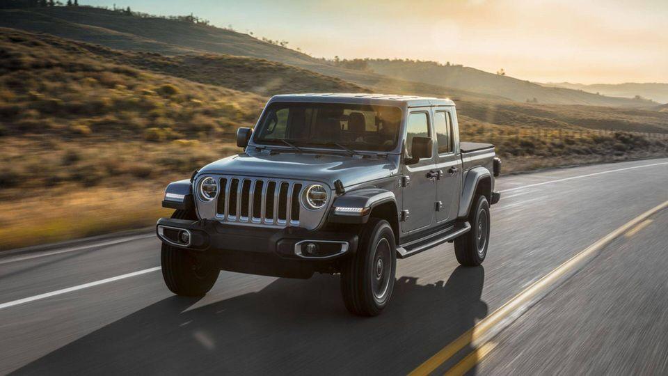 2020-Jeep-Gladiator-Gallery-Exterior-Driving-Overland-Highway.jpg.image.2880